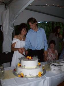 Het aansnijden van de taart.